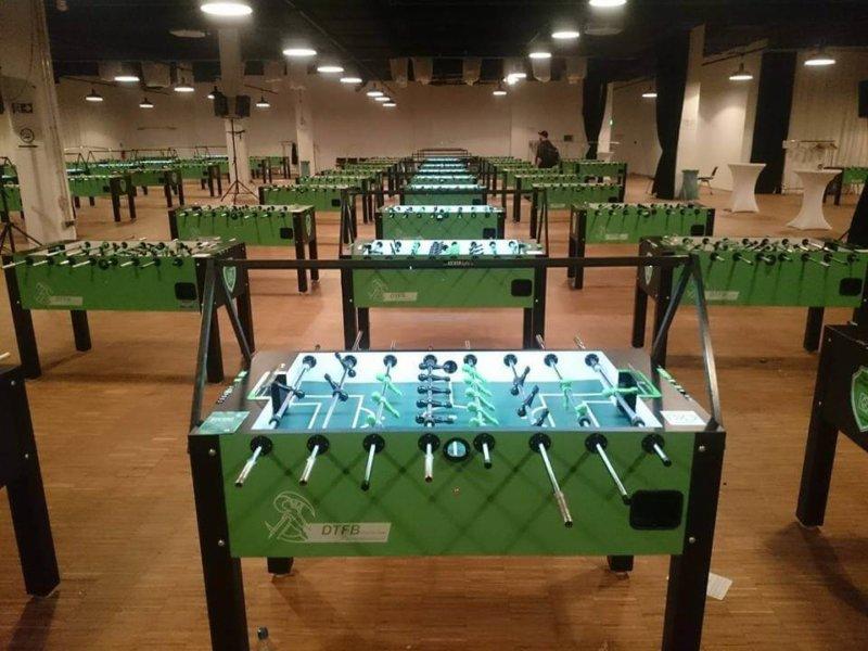 Kicker LED Beleuchtung von KICKERlight im Einsatz DTFB Turnier. Blick auf die aufgebauten Tische bei einem Kickerturnier