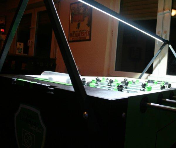 Nahaufnahme von beleuchtetem Kickertisch von Kickerlight LED Beleuchtung